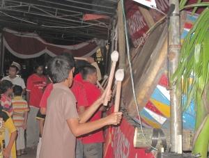 Am Abend vor dem Fest des Fastenbrechens gehen die jungen Leute in die Stadt, man kauf nochmal ein, besonders Kleider und trommelt ein wenig