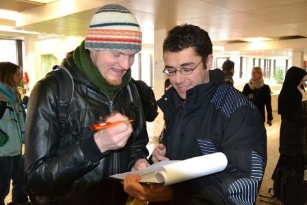 Der Blogger beim Unterschriften sammeln in der Pädagogischen Hochschule, danke an Simon Rösch für das Foto.