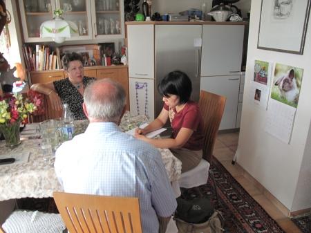 Japanische Journalistin am Küchentisch