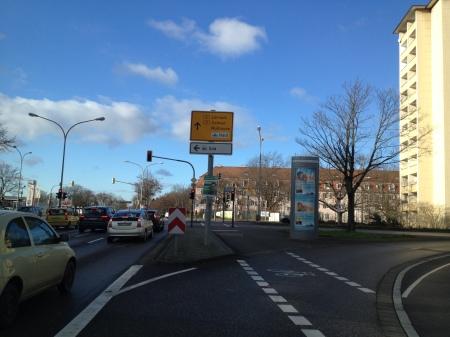 und nochmal an der Kreuzung an einem Verkehrsschild